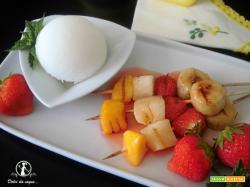 Spiedini di frutta grigliata con sorbetto al limone