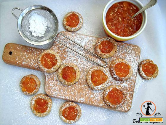 Biscotti con farina integrale di farro e confettura di pesche