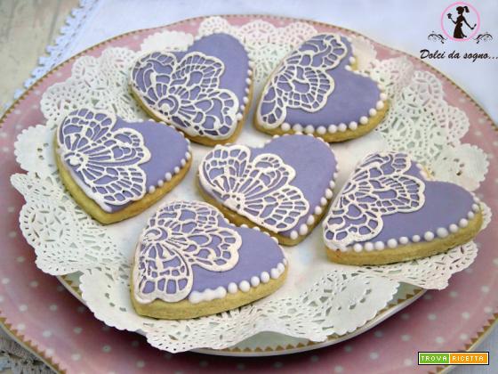 Biscotti decorati con pizzi di zucchero