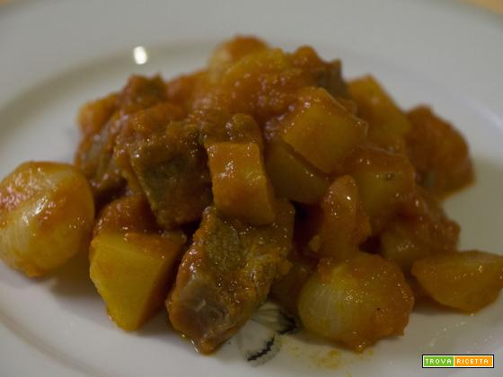 Spezzatino di lesso, patate e cipolle