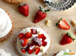 Crostatine di fragole con frolla allo yogurt e crema light [senza lattosio]