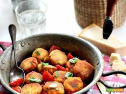 Polpette di ricotta, speck e erbette con salsa ai pomodorini