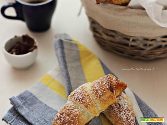 Croissant di pasta sfoglia e crema di nocciole