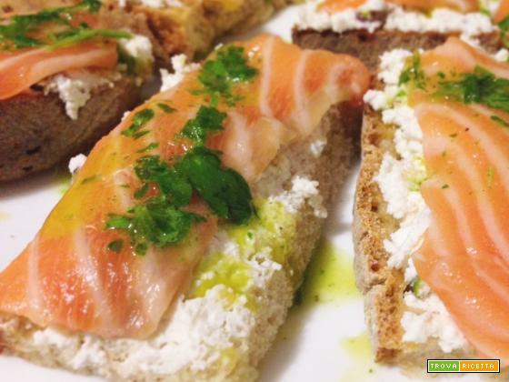 Bruschetta con ricotta, granella di pistacchi e salmone crudo