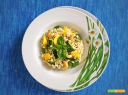 Orzo con zucchine, mango e anacardi