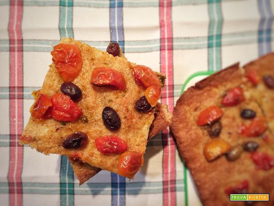 Quadrotti di focaccia integrale con pomodorini e olive taggiasche