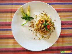Spaghetti integrali con fiori di zucca e granella di pistacchio