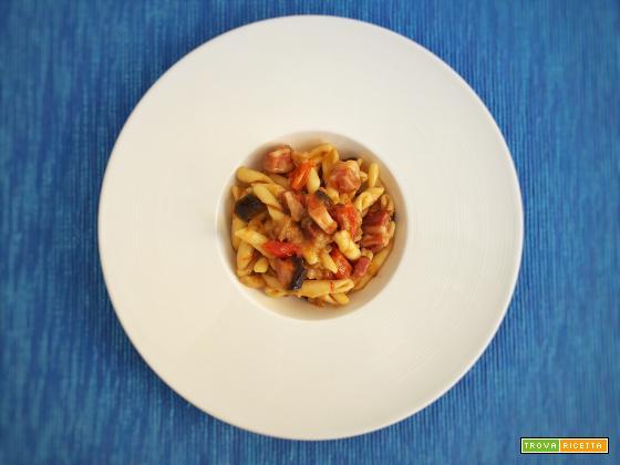 Strozzapreti con melanzane, pancetta affumicata e pomodorini