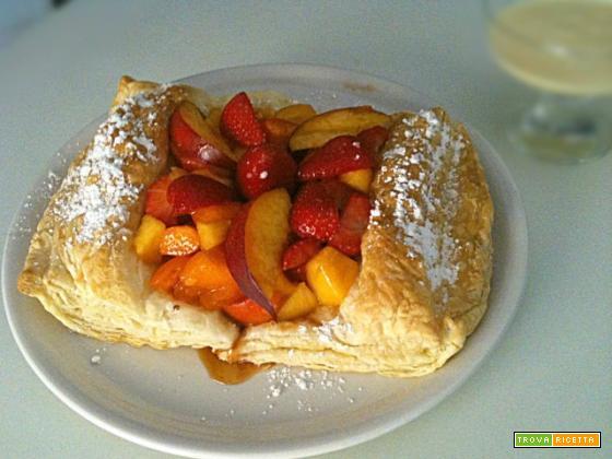 Macedonia di frutta fresca su cuscino di sfoglia