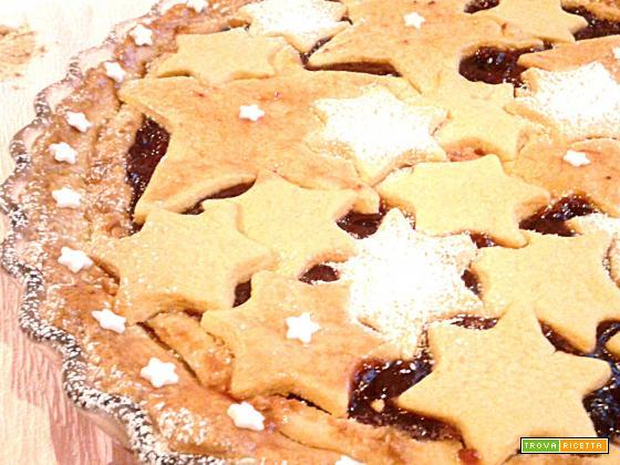 Crostata con polvere di biscotti, marmellata di prugne e ricotta
