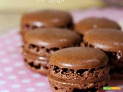 Macarons al cioccolato con ganache al cioccolato al latte e zenzero