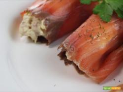 Involtini di salmone affumicato con philadelphia, rucola e noci