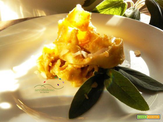 Pappardelle vegane con pesto crudo di Zucca gialla e Mandorle al profumo di Salvia