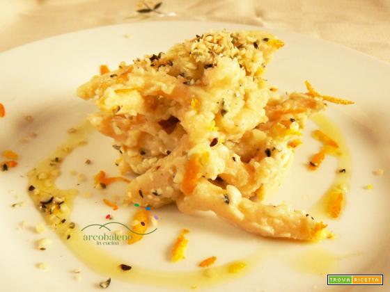 Strozzapreti con farina di Carote in salsa di Finocchi teneri guarnita con semi decorticati di Canapa e Scorza d'arancia