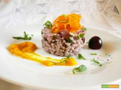 Riso in salsa di Cipolla Bianca e Uva Nera guarnita con Carote caramellate e foglie di Sedano fresche
