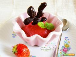 Gelato fatto in casa senza panna e uova  al gusto di  Fragola con rametto di Cioccolato Fondente