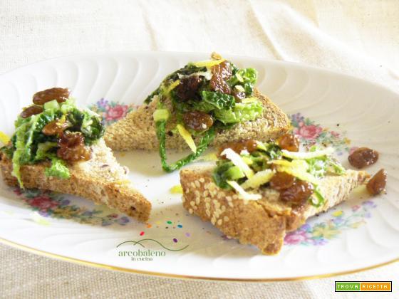 Crostini con listarelline di Verza e Uvetta al profumo di Limone e Pepe
