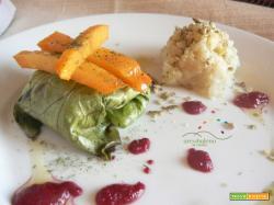 Fagottini di foglie di insalata Iceberg farcite con crema di Cavolfiore e Pistacchi guarniti con crema di Rape rosse e Cacomela  al Timo