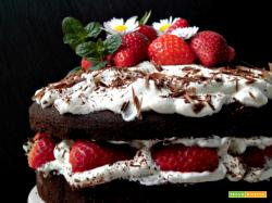 Torta al cioccolato con crema chantilly e fragole