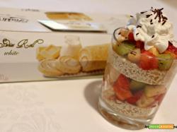 Bicchieri golosi con macedonia di frutta, Roll Swiss White e panna