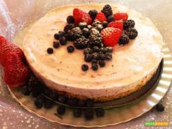 Cheesecake con fragole e frutti di bosco