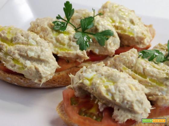 Bruschetta tonno, uova, pomodoro e maionese