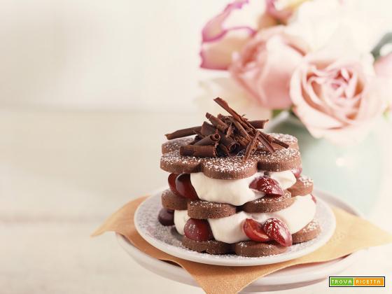 Fiori di pan di spagna al cacao con panna e ciliegie