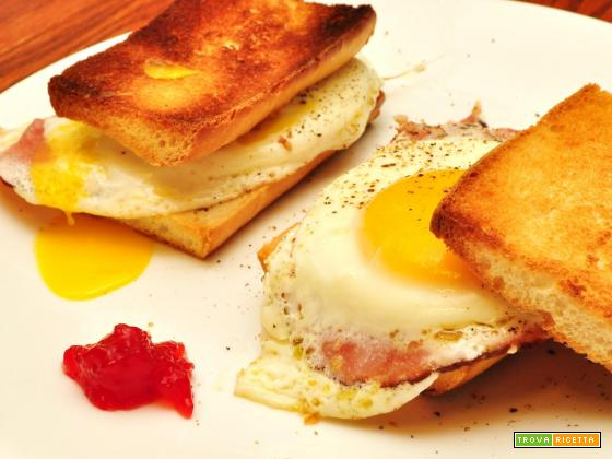 Toast con uovo fritto e bacon