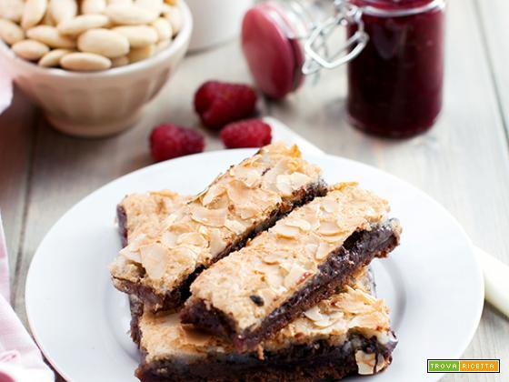 Barrette al cioccolato con confettura al lampone e pasta di mandorle