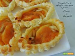 Tartellette di sfoglia con mele e pinoli