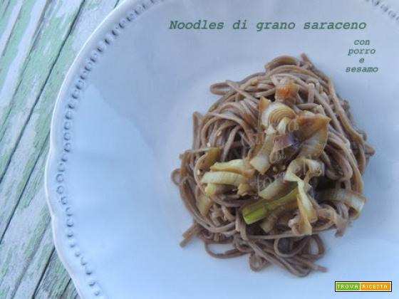 Noodles vegan con porro e sesamo