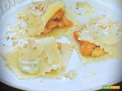 Ravioli aperti con pollo, zucca, crema di gorgonzola e nocciole Piemonte