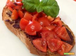 Bruschetta con patè di olive nere