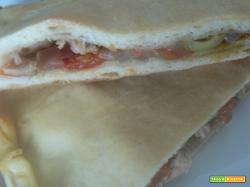 Pizza chiusa pomodorini tonno e cipolla