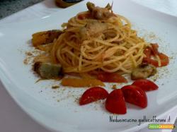 Spaghetti carciofini peperoni e acciughe