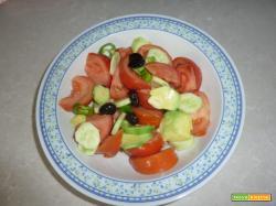 Insalata con avocado, pomodori e cetrioli in salsa di yogurt