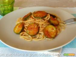 Spaghetti con zucchine e pomodoro