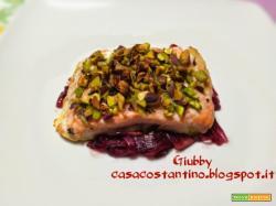 Salmone in crosta di pistacchi su letto di cipolle rosse di Tropea