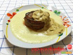 Filet mignon lardellato con salsa ai funghi porcini su crema di patate al rosmarino