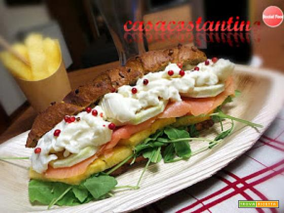Panino salmone ananas e stracchino al pepe rosa
