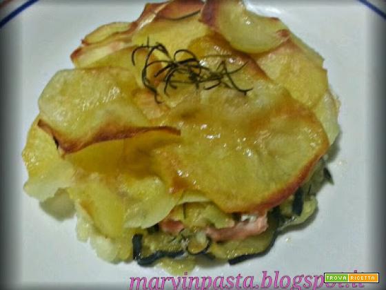 Tocchetti di salmone fresco in crosta di patate su letto di zucchine