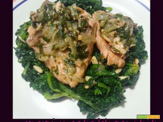 Tranci di salmone allo scalogno su letto di spinaci e pinoli
