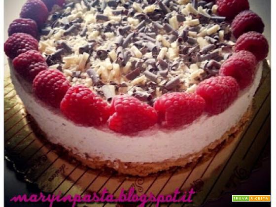 Cheesecake allo yogurt ai frutti di bosco con lamponi e scaglie di cioccolato fondente e bianco