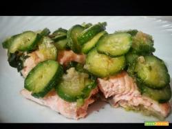 Tranci di salmone fresco con zucchine e scalogno al profumo di basilico