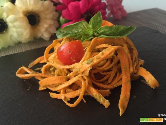 TAGLIATELLE DI CAROTE AL PESTO DI RUCOLA E POMODORINI #rawfood
