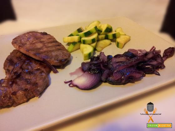 Bistecca con zucchine e cipolle caramellate