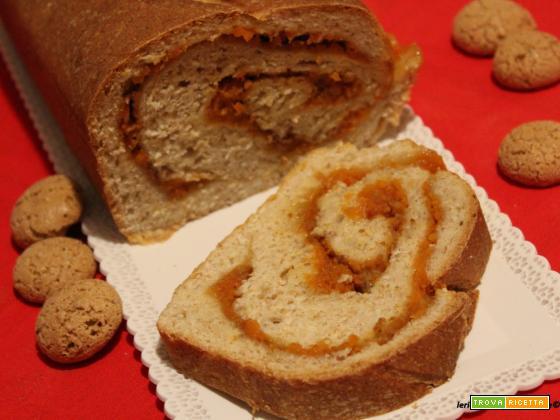 Arrotolato di pan brioche integrale con la confettura di zucca e amaretti