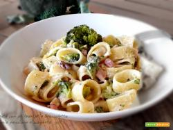 Pasta con philadelphia broccoletto pancetta