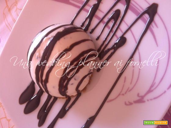 Cupola croccante di yogurtcake al cocco e cioccolato fondente