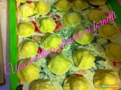 Ravioli di patate con salsiccia, funghi e nocciole